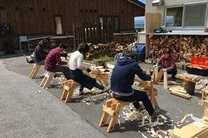 削り馬で椅子の脚を削り出す作業