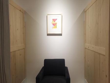 無印良品シエスタハコダテ授乳室 トドマツパーティションとIDEE柚木沙弥郎リトグラフ